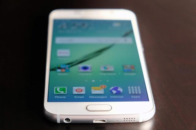 Samsung Galaxy S6: la batteria non è removibile come sui Galaxy precedenti.