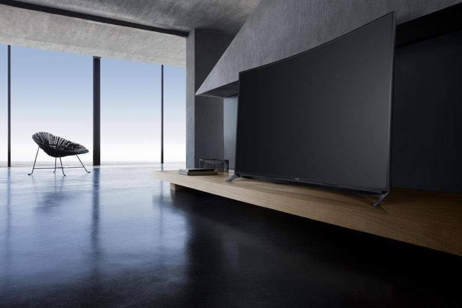"""Panasonic Viera, i nuovi Tv a schermo curvo sono la """"new entry"""" di questo 2015. Nella foto il modello CR850."""