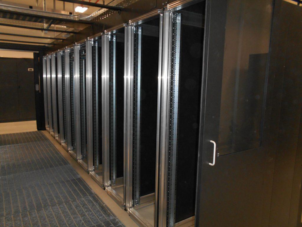ReCaS, il supercomputer di Bari: all'interno di questi armadi sono contenuti i 128 server, ognuno con doppia alimentazione ridondata