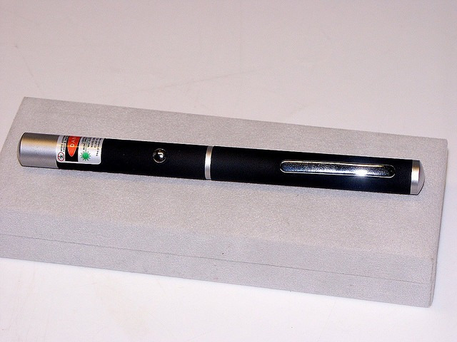 Storia e curiosità di eBay: il puntatore laser messo all'asta per la prima volta