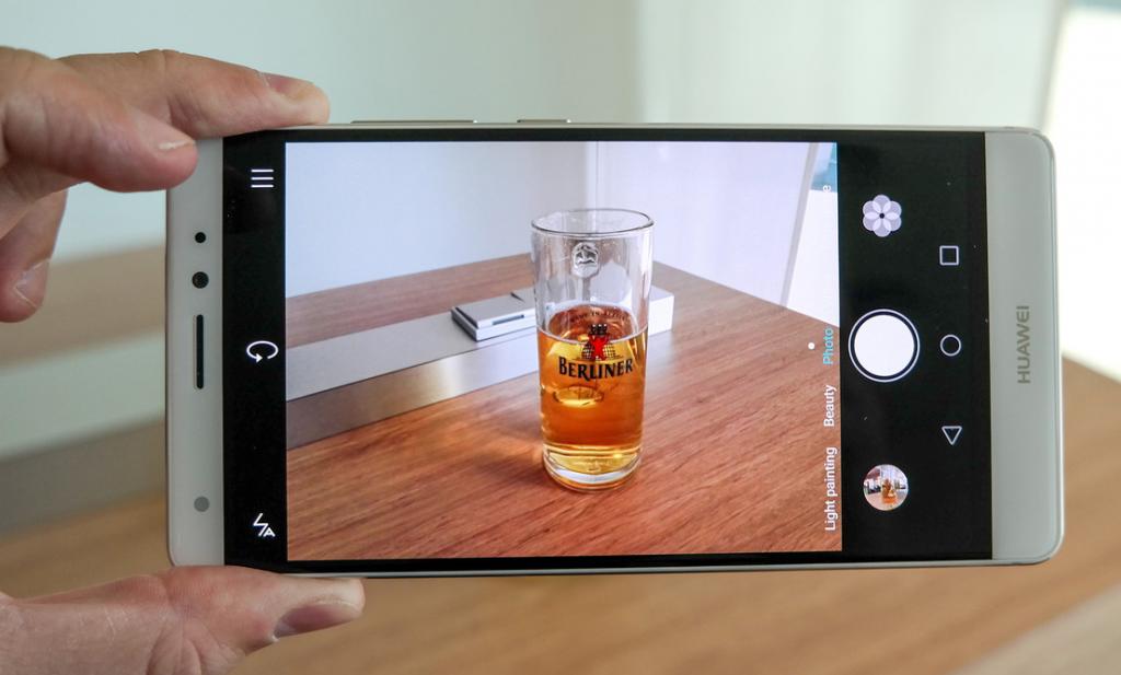 """Huawei Mate S. Le caratteristiche delle fotocamere: il Mate S ha una fotocamera posteriore da 13 Megapixel e una anteriore da 8 Megapixel. Il software """"Pro"""" consente di impostare scatti a livello professionale."""