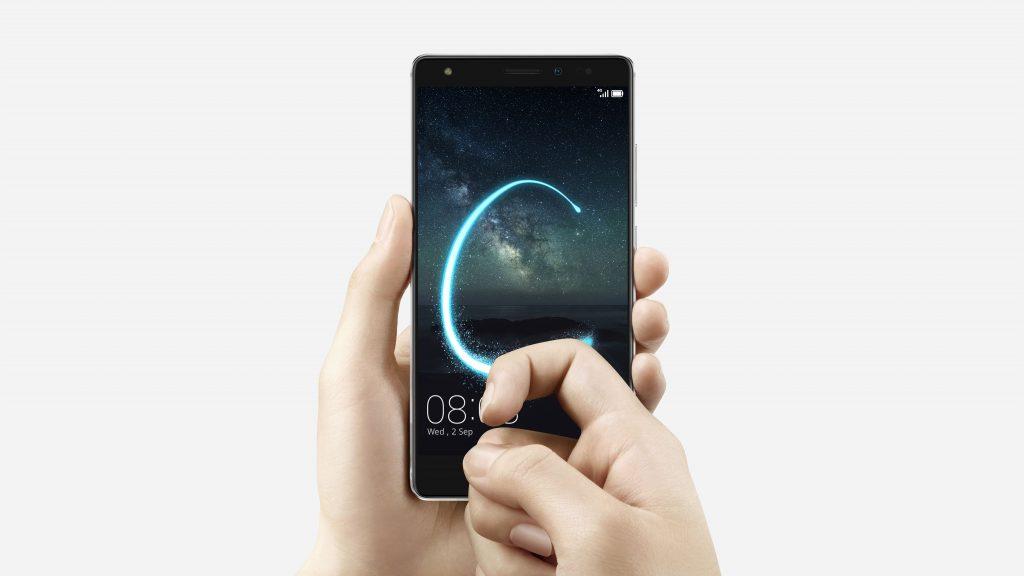 Huawei Mate S. Le caratteristiche tecniche: con il Knuckle Control 2.0 si può interagire sul display usando le nocche. Disegnando una C si avvia, ad esempio, la fotocamera.