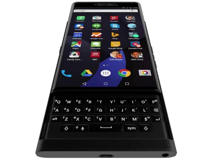 BlackBerry Venice: caratteristiche del design. La principale novità è la tastiera qwerty integrata nella scocca: si estrae solo all'occorrenza.