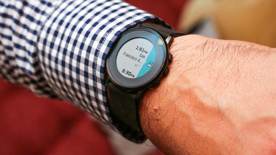 Pebble Time Round mostra in un solo colpo d'occhio tutte le notifiche, le chiamate e i messaggi presenti sul nostro smartphone.