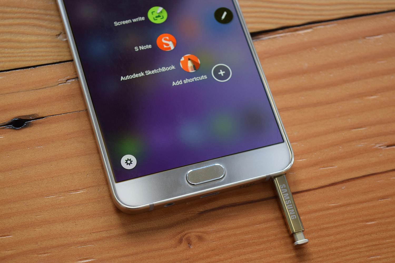 La fondina del pennino del nuovo Galaxy Note 5 consente di inserire la S-Pen esclusivamente dall'estremità appuntita