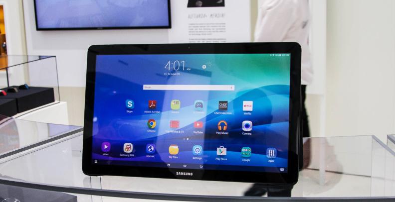 Samsung Galaxy View, le dimensioni generose lo rendono ideale per essere appoggiato su un tavolo, ma scomodo per essere trasportato e utilizzato tenendolo fra le mani.