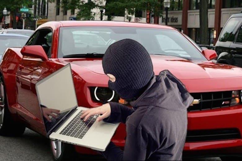 Hackerare un'auto a distanza permette di distrarre il guidatore controllando radio e clima