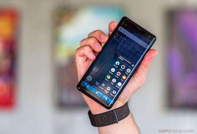 Sony Xperia XZ3 è piuttosto compatto e resistente, appena più spesso dei suoi diretti competitor