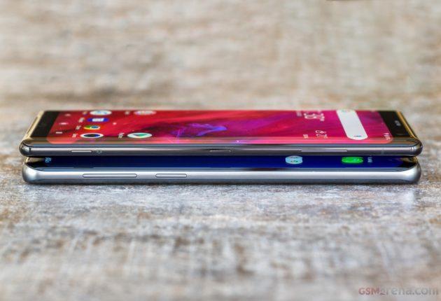 Visto di profilo il Sony Xperia XZ3 ha notevolmente migliorato la sua estetica. Lato destro con i cari e vecchi comandi, lato sinistro completamente libero