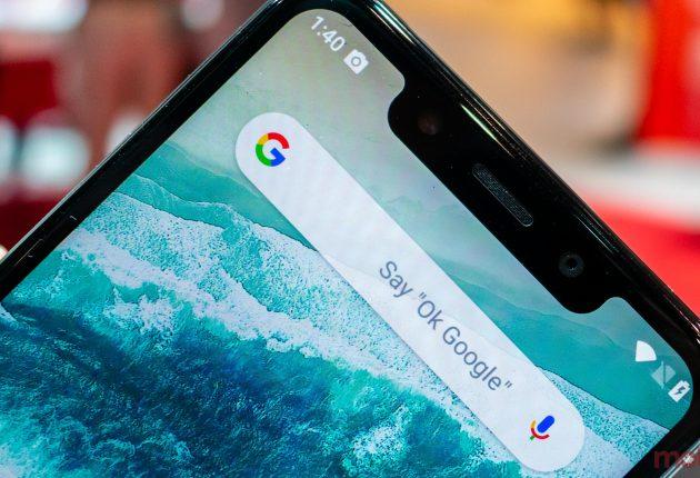 Motorola One è in vetro lucido, e si ispira in maniera evidente al design di iPhone X e Samsung Galaxy S9. E' resistente anche se un po' leggero
