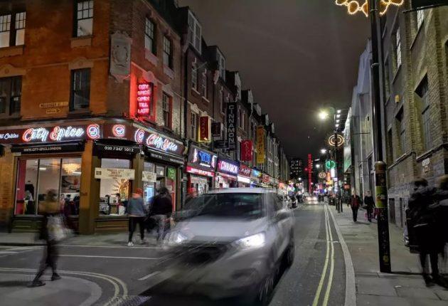 Scatto notturno con Huawei P20 Pro. Gli oggetti, anche in movimento, vengono ripresi il meglio possibile.