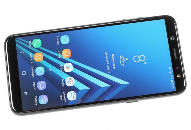 Samsung Galaxy A6 ha un buon design, anche se non sembra subito un ultimo modello