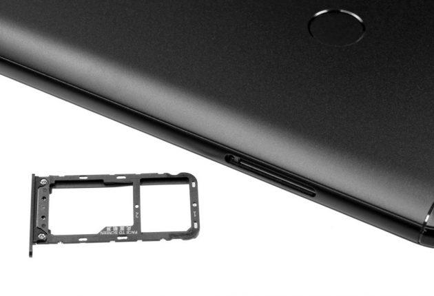 Sul lato sinistro possiamo inserire due Nano SIM, oppure una SIM e una schedina di memoria MicroSD