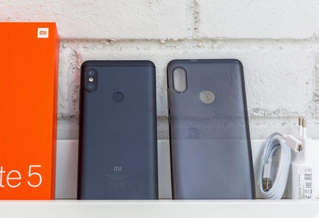 La fotocamera di Xiaomi Redmi Note 5 sborda un po' e appoggiandolo su una superficie piana, balla. Nella scatola troviamo però la cover in silicone che risolve il problema