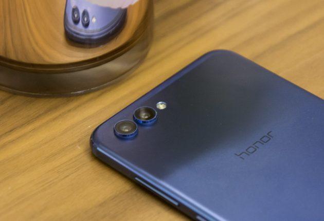 Honor 10 ha una doppia fotocamera: una da 24MP per il bianco e il nero, e l'altra di 16MP per i colori