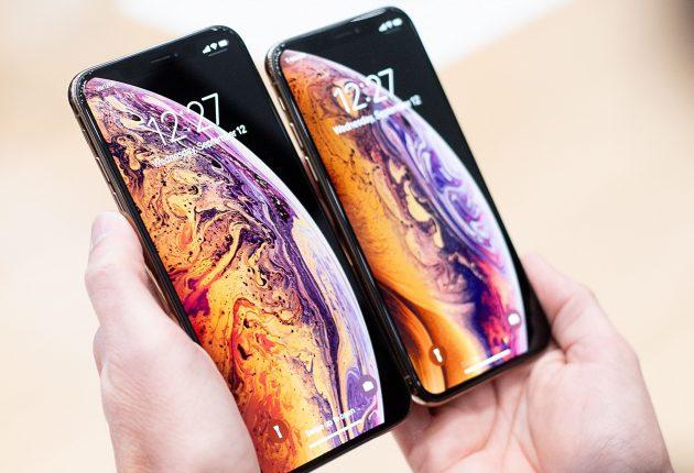 Lo stesso confronto rispetto alle dimensioni delle mani. iPhone XS Max è talmente grande da non poter essere usato con una mano sola