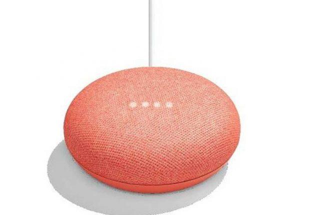 Anche in versione corallo, Google Home Mini supporta qualche elementare comando tattile per la gestione della musica, ma la stragrande maggioranza dei comandi si impartiscono a voce