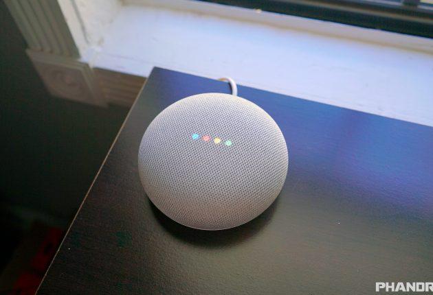 Google Home Mini può svolgere un numero enorme di funzioni. Riconosce voci diverse personalizzando i risultati, anche con toni bassi. L'audio è buono anche se contenuto