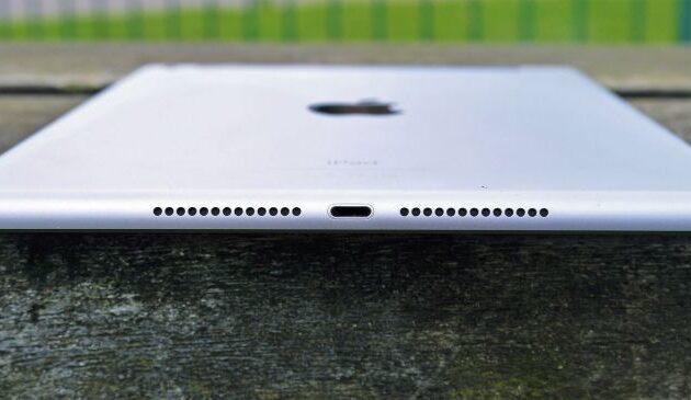 Sul fondo gli speaker. Non sono ai quattro lati come nell'iPad Pro. Se ne avete  già uno sentirete la differenza, altrimenti è comunque una buona prestazione