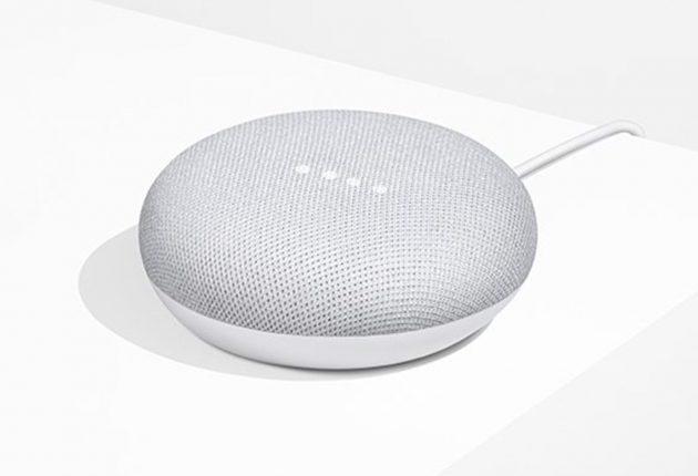 Google Home Mini è un altoparlante intelligente molto carino. Compatto, e con una parte in tessuto si adatta bene all'arredamento di casa con il suo design minimalista