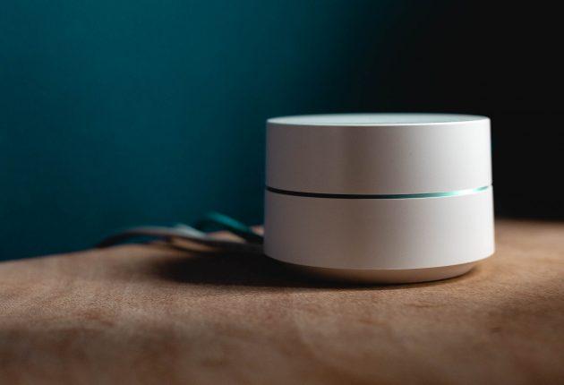 Google Wifi è un sistema Wireless mesh che ragiona creando una rete di nodi della stessa potenza. Il design è molto semplice e pulito con una banda illuminata a LED nel centro