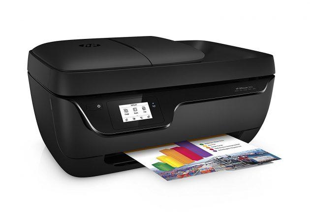 HP OfficeJet 3833 ha un design essenziale, è compatta e abbastanza leggera.