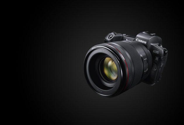 Canon EOS R ha le dimensioni di una entry level ed è studiata per una ampia compatibilità con gli obiettivi precedenti della Canon