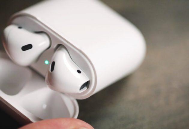 Con gli ultimi aggiornamenti, gli AirPods possono richiamare Siri con un doppio tocco anche su uno solo dei due auricolari